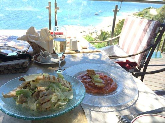 Eagles Palace: Iceberg salad, μαριναρισμένος σολομός με θυμαρίσιο μέλι και Chardonnay