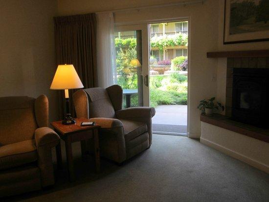 El Pueblo Inn : Room opening onto garden