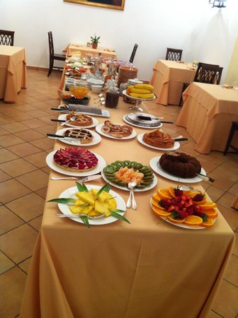Hotel Oasi Olimpia Relais: An extensive breakfast is set up in this room every day, with personlized coffee/cappucino/espre