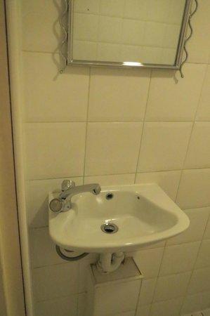 Swinton Hotel: Miniwaschbecken mit Wackelwasserhahn, keine Ablagemöglichkeit für Utensilien