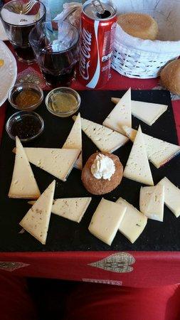 Baita la Zondra : Piatto di formaggi con tris di mostarde..... eccellente