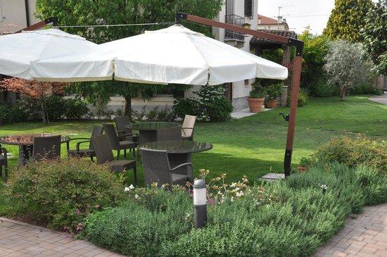 Residenza Le Batesine: giardino per colazione e relax
