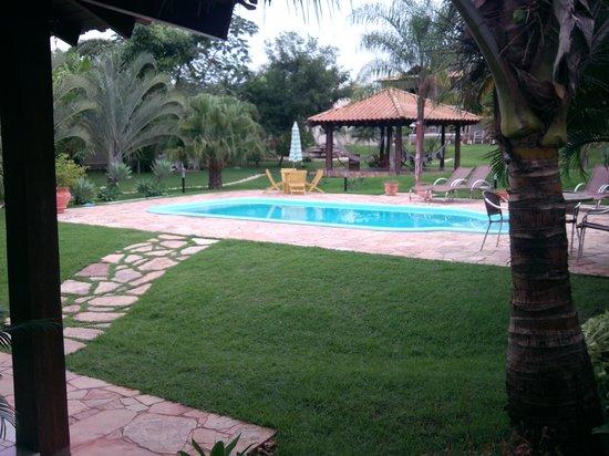 Pousada Surucua: Tuin met zwembad