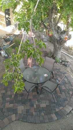 My Place Suites: Mulberry tree sitting area