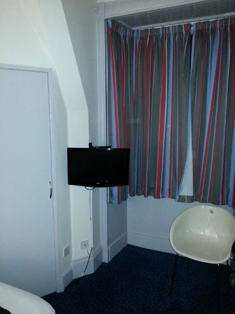 Travelodge Edinburgh Haymarket Hotel: Television in room - wall mounted due to sloping coombes in room