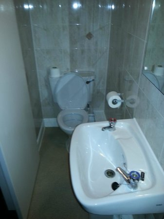 Travelodge Edinburgh Haymarket Hotel: Shower room - WHB and WC