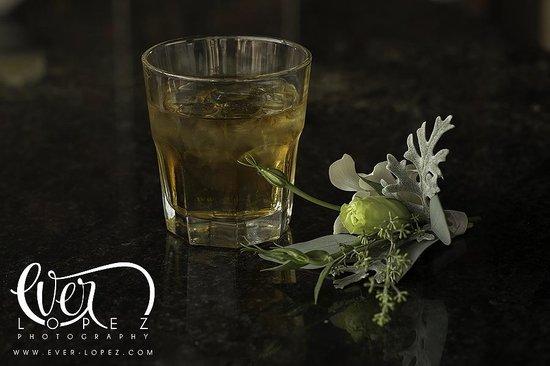 Hotel Riu Plaza Guadalajara: Bar al lado de la alberca durante la boda, detalle del whisky del novio para agarrar valor!