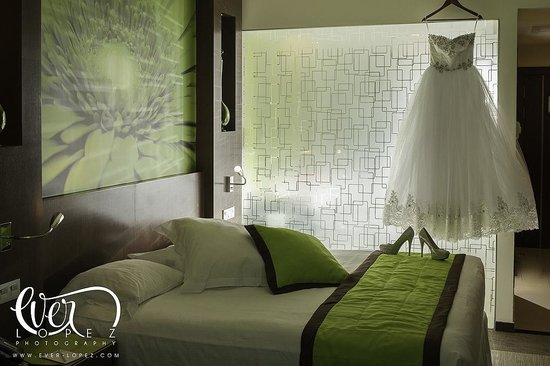 Hotel Riu Plaza Guadalajara: Detalle del cuarto, con vidrio de separacion del baño