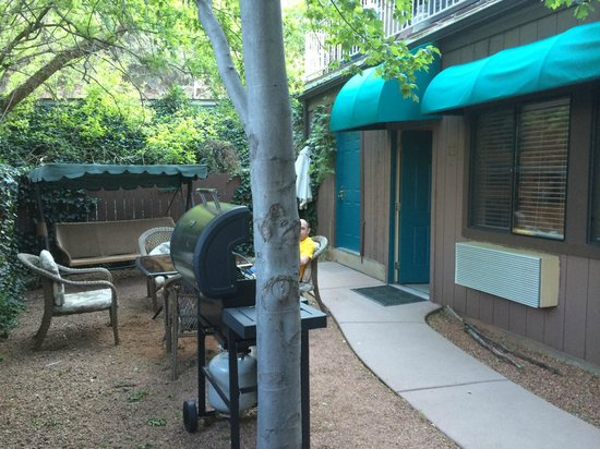 Oak Creek Terrace Resort: Patio with BBQ