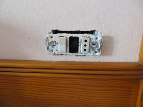 Apartamentos Kontiki Club: Fronts missing off sockets.
