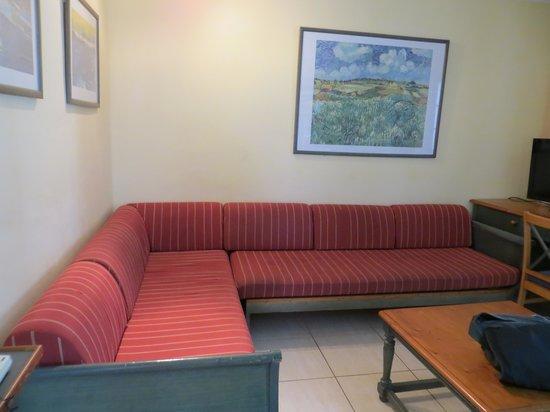 Apartamentos Kontiki Club: Dated furniture,pictures and decoration.