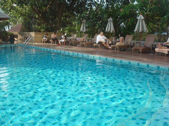 August Suites: around pool