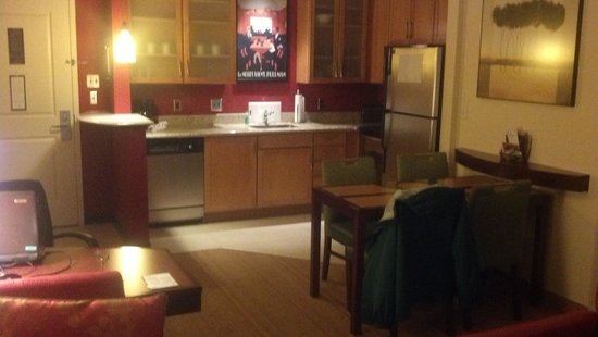 Residence Inn Pittsburgh Monroeville/Wilkins Township : Living & Kitchen Area