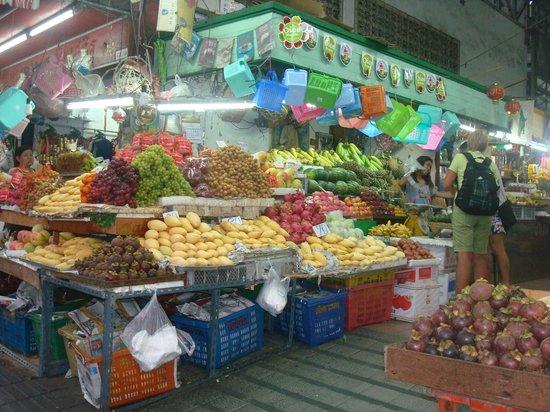ออกัสท์ สวีท พัทยา: fruit and veggie market just outside hotel