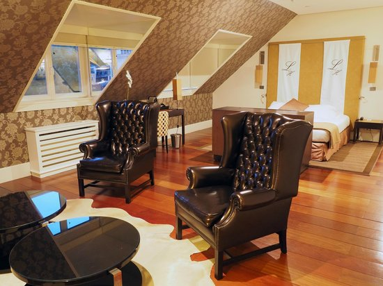 Heritage Avenida Liberdade: Spacious room with sitting area