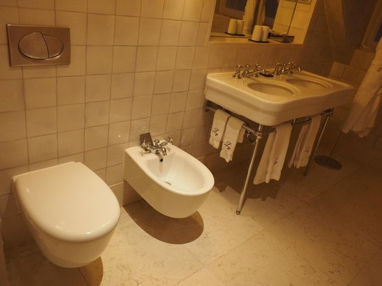Heritage Avenida Liberdade Hotel: Spacious bathroom with dual vanity and convenient counter space/shelf