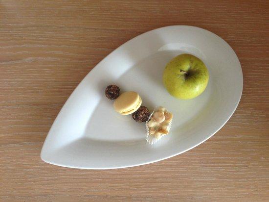 Le Meridien Lav Split: Complimentary Dessert Tray