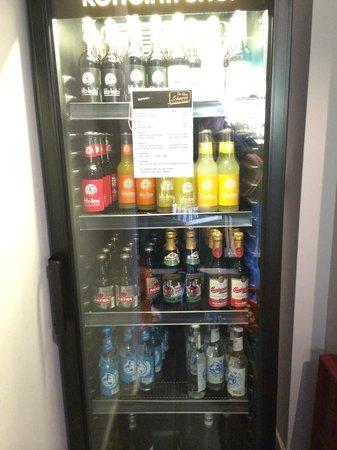Das Kleine Schwarze : Getränkeautomat für Gäste im Flur. Auch Gläser sind ausreichend vorhanden...