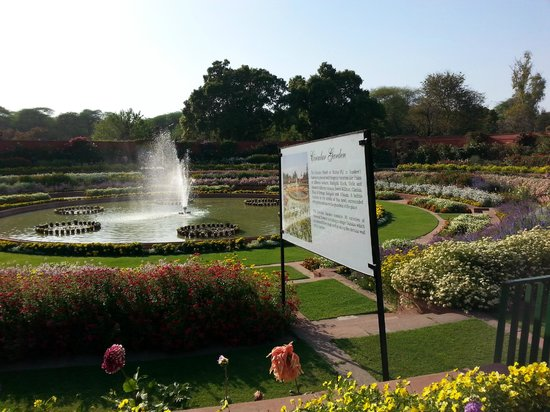 Mughal Garden: Central attraction !