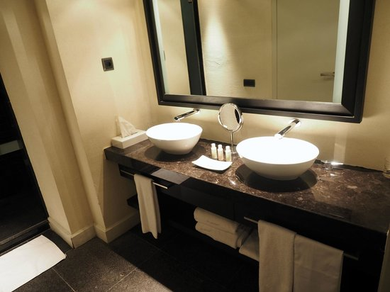 Hotel Palacio de Villapanes: Spacious room/bathroom
