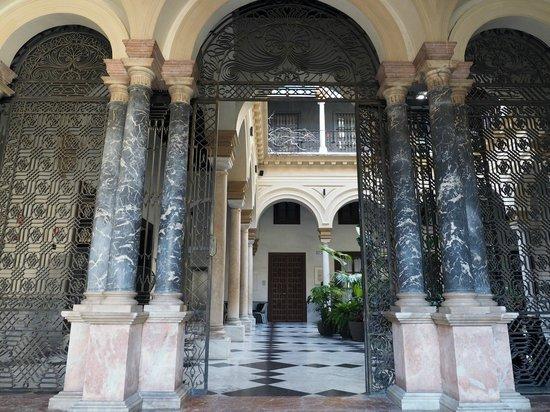 Hotel Palacio de Villapanes: Hotel entrance