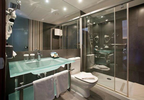 Hotel Ronda Figueres: Baño habitación superior