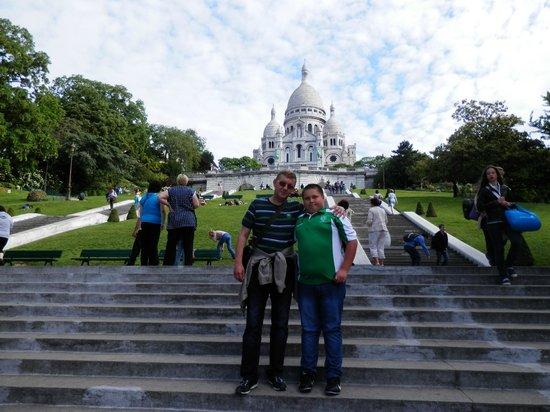 Basilique du Sacré-Cœur de Montmartre : На фоне той самой Базилики.