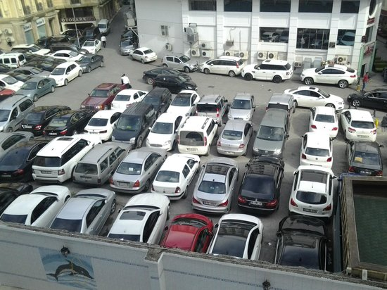 Hotel Hamidiye: carpark next to poolarea in rear of hotel