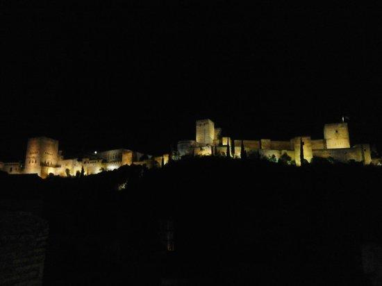 Alhambra Apartamentos Turisticos : Vista nocturna de la bella  La Alhambra desde los Apartamentos