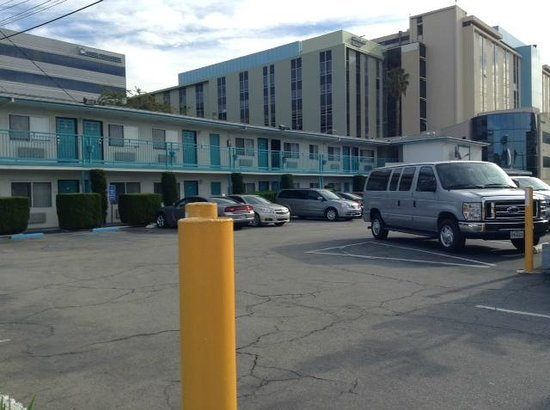 Travelodge Hollywood-Vermont/Sunset: Vista del estacionamiento
