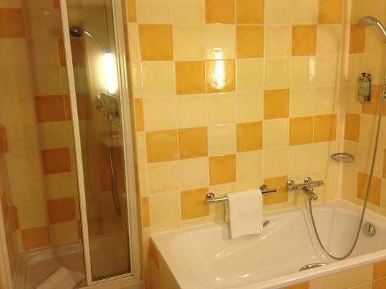 Vienna House Dream Castle Paris : ванная комната+душ