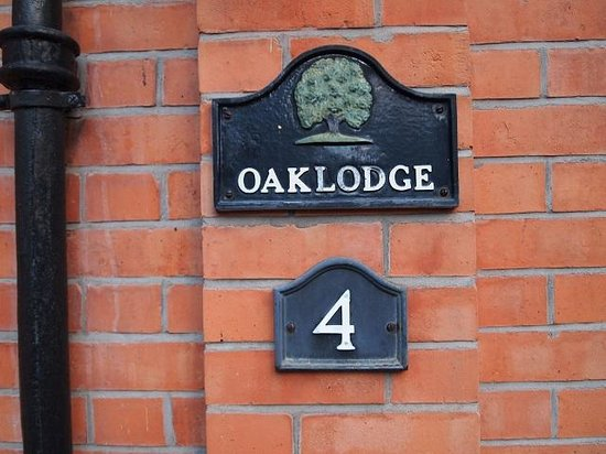 Oaklodge Bed & Breakfast: The address is easily identifiable from the pavement.
