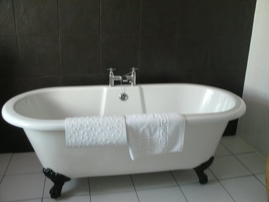 Boscastle House : lovely roll top bath