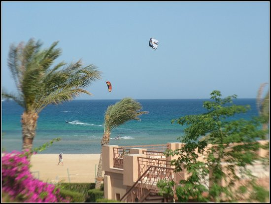 Shams Prestige Abu Soma Resort : kite surfing outside hotel