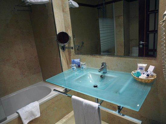 Hotel MS Maestranza : Basic, decent bathroom