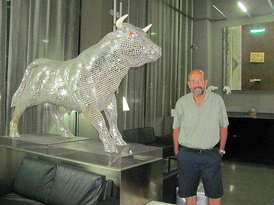 Art Hotel Olympic : En el lobby del Hotel el infaltable toro, pero éste era muy particular