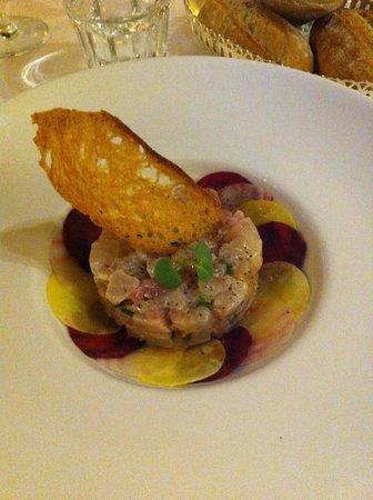 La Couleuvrine : dorade en tartare betterave rouge et rose aux poivres de cihuan