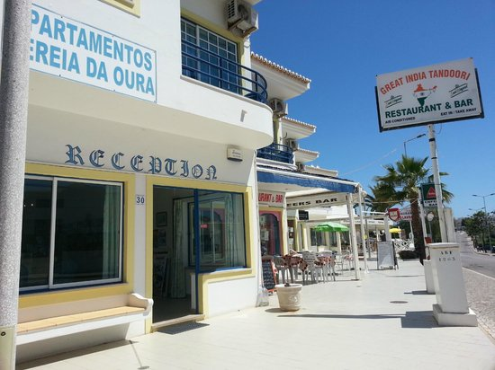 Sereia da Oura Hotel: FRONT LOOKING ACROSS FROM OF CHEERS AND GREAT INDIAN RESTAURANT