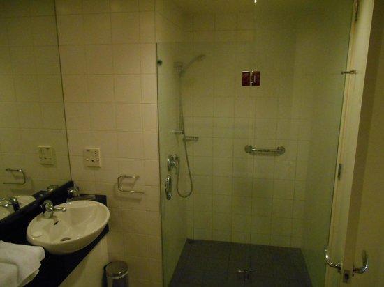 Scenic Suites Queenstown: Large shower