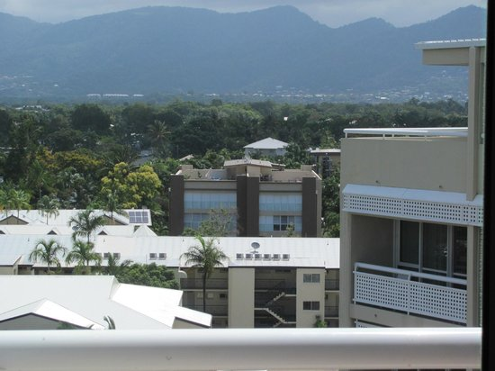 Holiday Inn Cairns Harbourside: towards the mountains