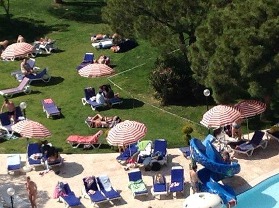 Batihan Beach Resort & Spa: vue sur les jardins autour de la piscine