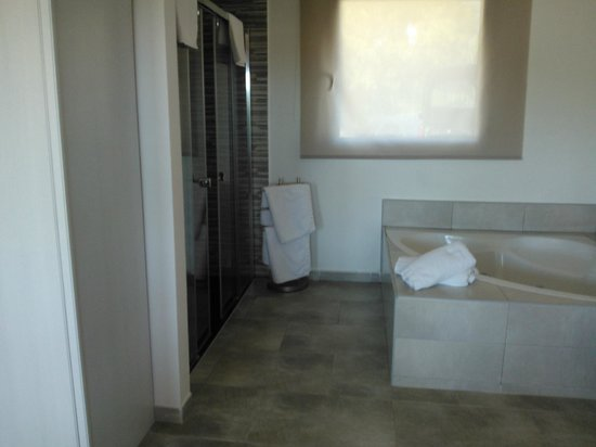 Bungalows Papalus: Zona duchas y bañera hidromasaje