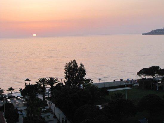 Batihan Beach Resort & Spa: Coucher de soleil vu de la chambre