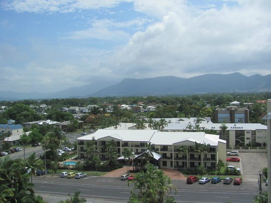 Holiday Inn Cairns Harbourside: mountain view from our room