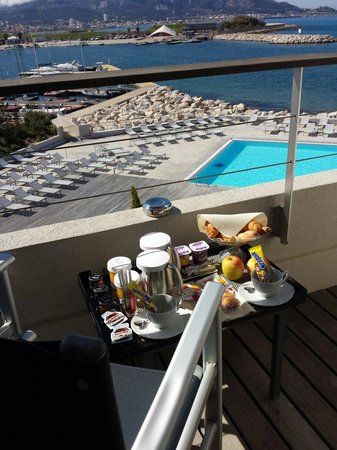NH Marseille Palm Beach: Petit déjeuner très bon, complet et apporté en chambre