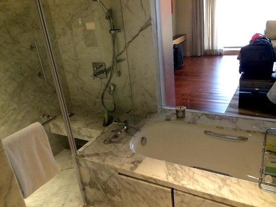 JW Marriott Mumbai Juhu: marble tub, separate shower