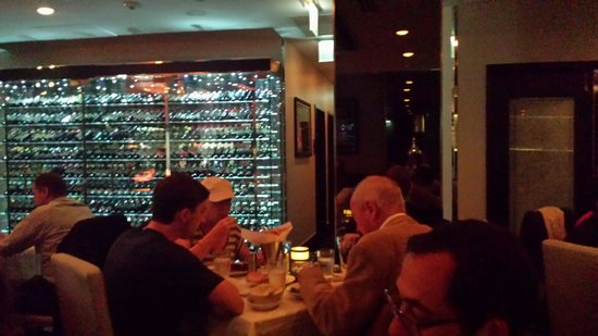 Morton's The Steakhouse - Chicago - Wacker Place: La generosa cantina a vista in vetrina