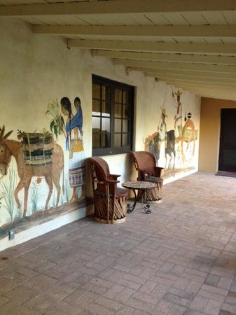 Hacienda Corona de Guevavi: Painted wals in the courtyard.