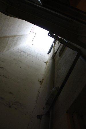 Hostal La Fontana: Колодец, в который выходят окна