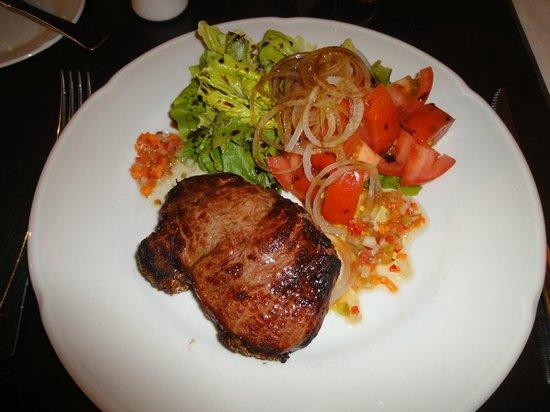 Hotel Mirador del Lago: Bife de chorizo con ensalada y salsa criolla.